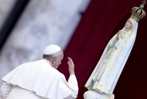 Papa con Virgen de Fátima